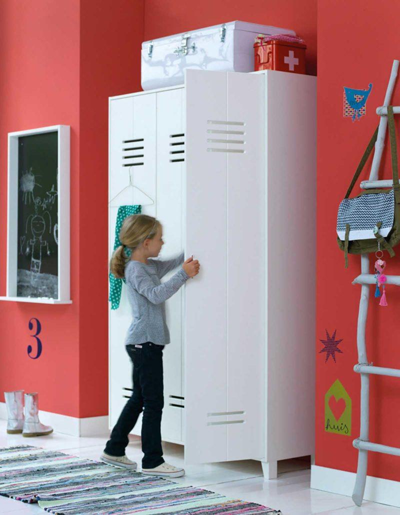 Armoire blanche esprit indus dans une chambre d'enfant