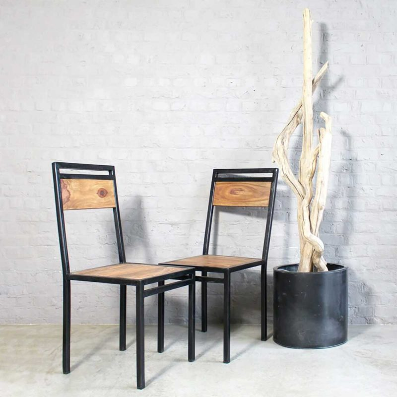 Chaise industrielle en métal noir et bois
