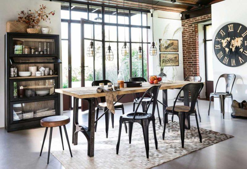 Chaise industrielle noire dans une salle à manger