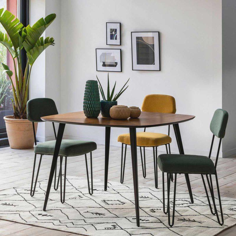 Chaise avec pieds épingle autour d'une table de salle à manger