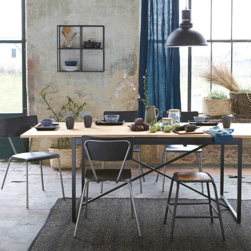 Chaise vintage métal et bois dans une salle a manger