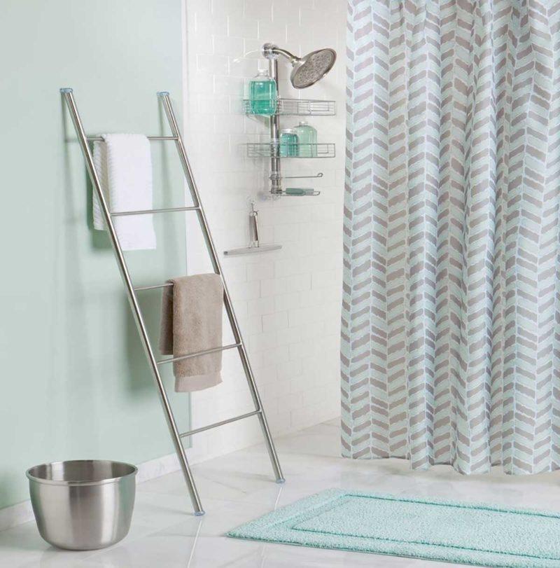Porte-serviettes chrome dans une douche