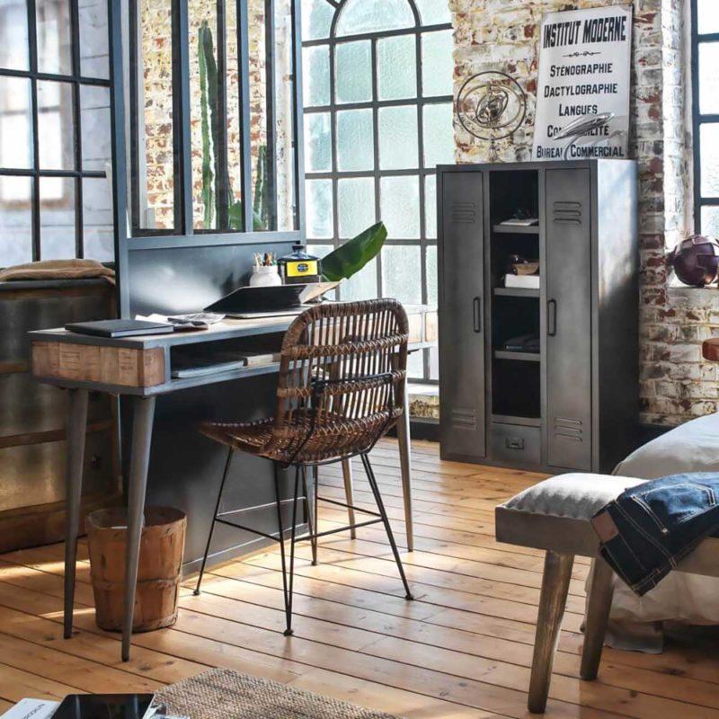 Petite armoire industrielle dans un bureau