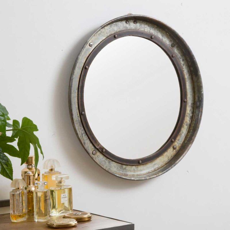 Style industriel pour ce miroir ciculaire