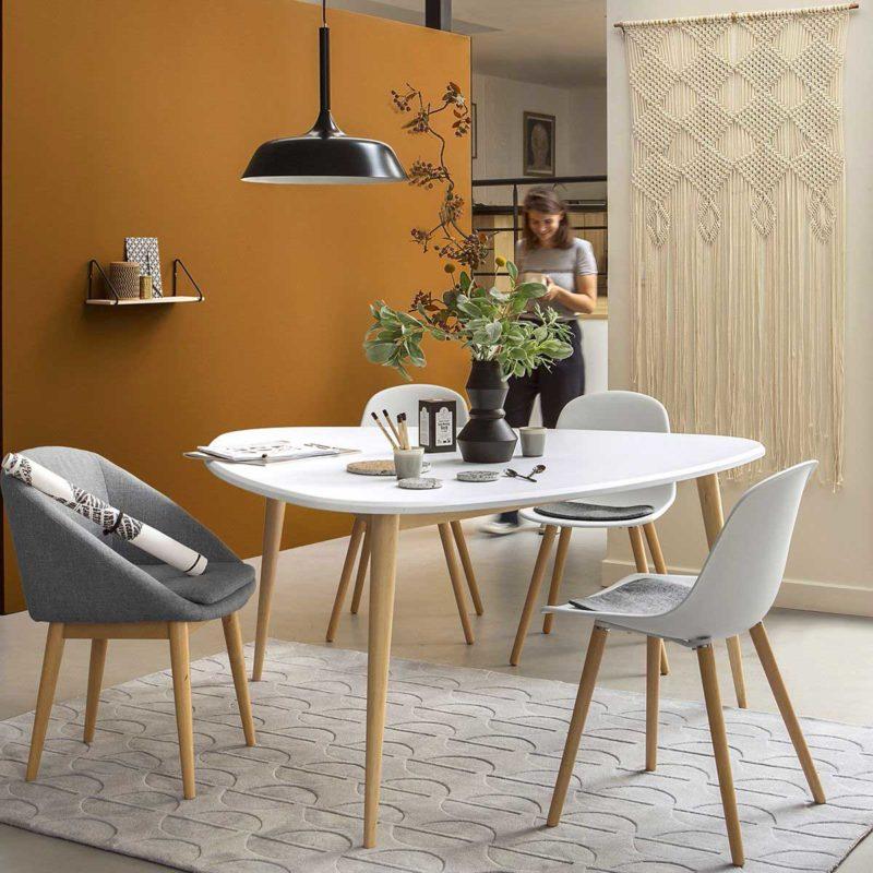 Table à trois pieds avec plateau triangle