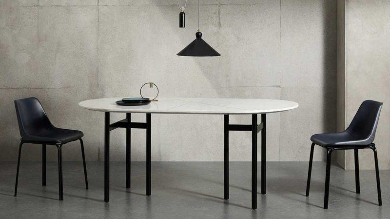 Table au design moderne avec plateau marbre