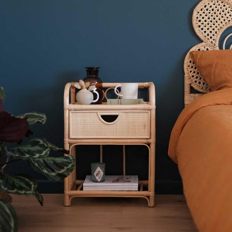 Table de chevet en rotin avec un tiroir