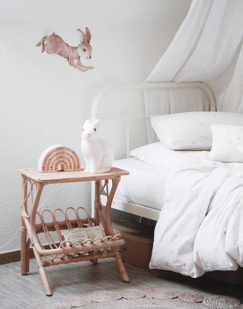 Table de chevet en rotin pour déco vintage dans une chambre d'enfant