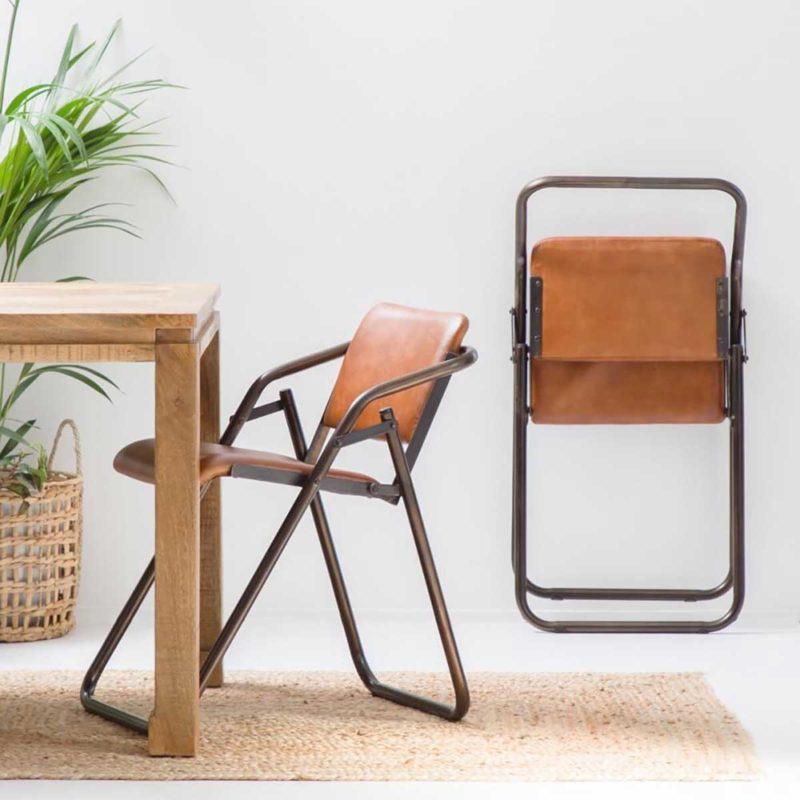 Chaise pliante en métal avec assise en cuir rembourré