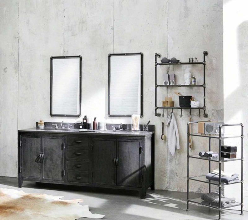 Étagère industrielle avec patères dans une salle de bains