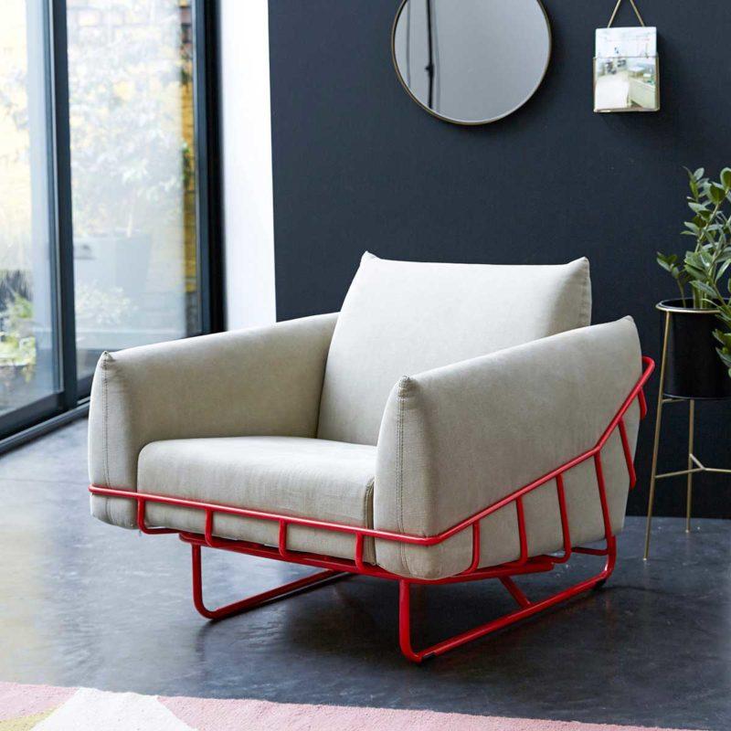 Fauteuil en tissu avec structure en métal rouge