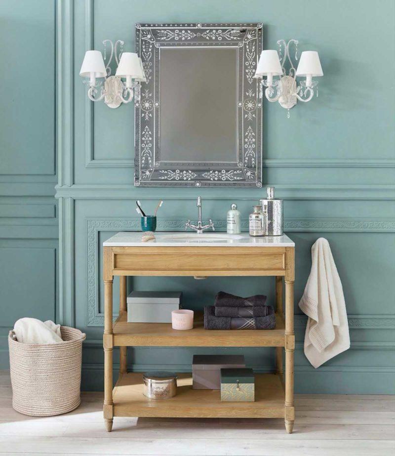 Meuble salle de bains ouvert en chêne massif avec plateau en marbre blanc