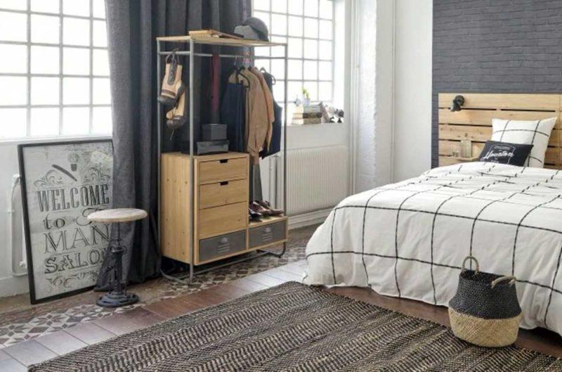 Meuble vestiaire en métal et bois dans une chambre