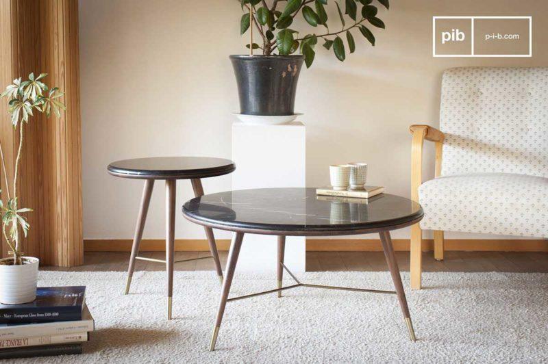 Table basse style vintage en marbre avec pieds compas et détails laiton