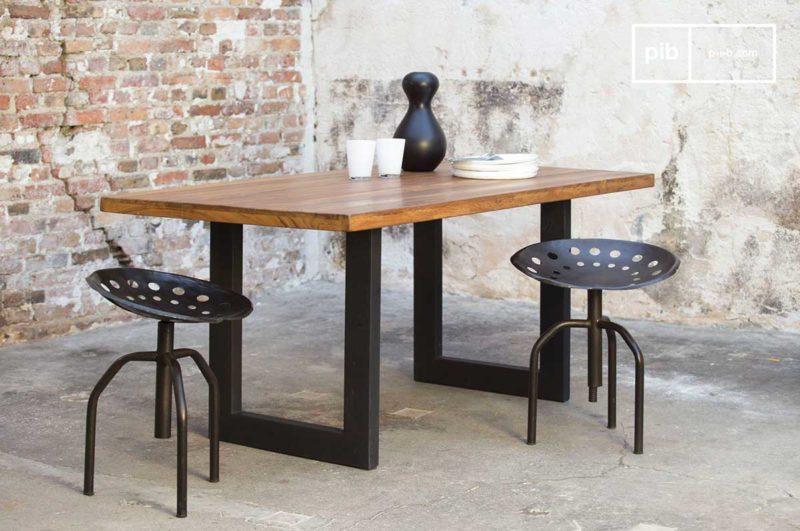 Table bois en massif avec pieds métal