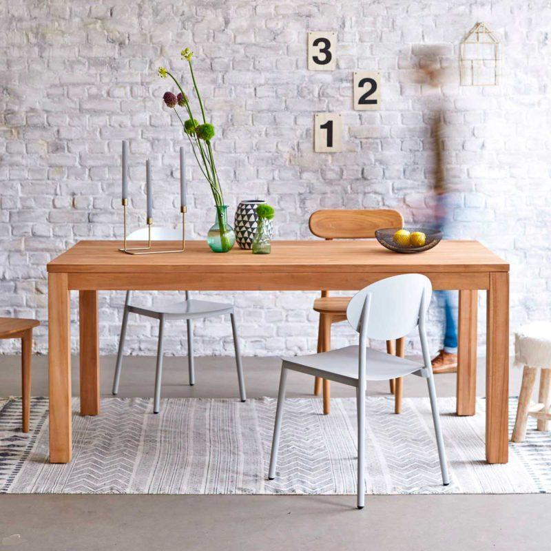 Table contemporaine en bois massif