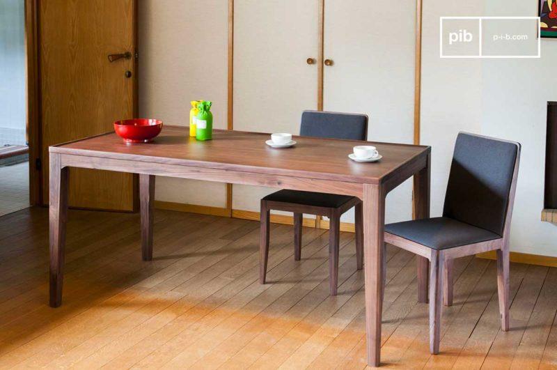 Table en bois massif foncé