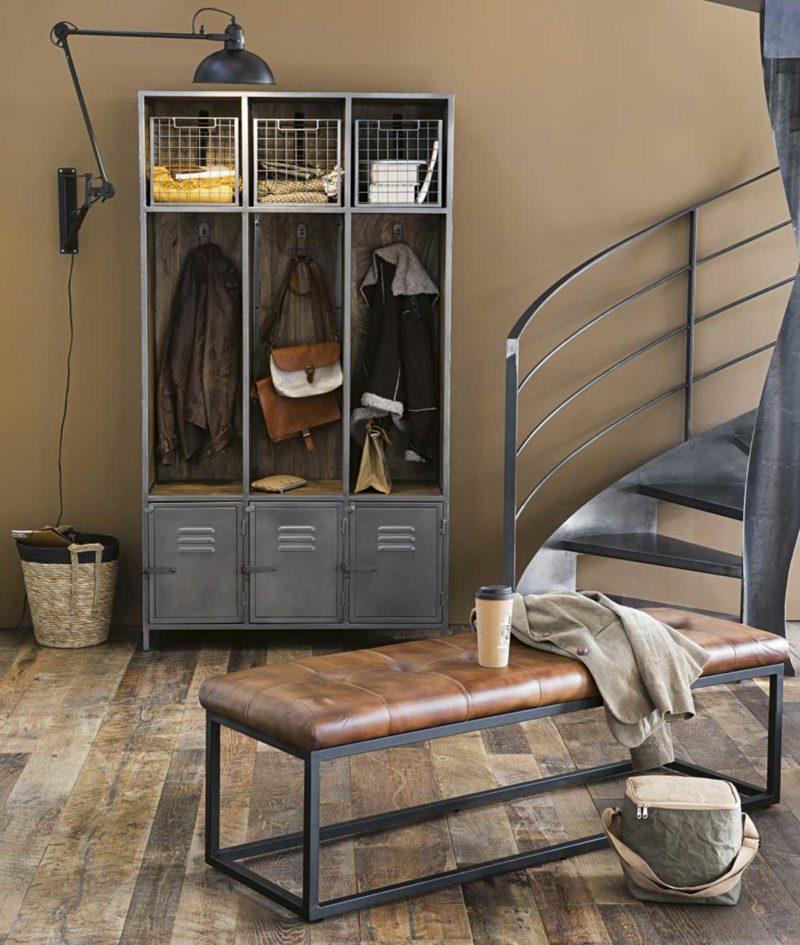 Entrée avec vestiaire style industriel en métal gris