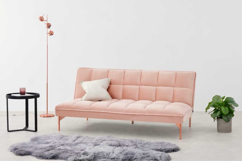 Banquette rose pâle convertible en lit