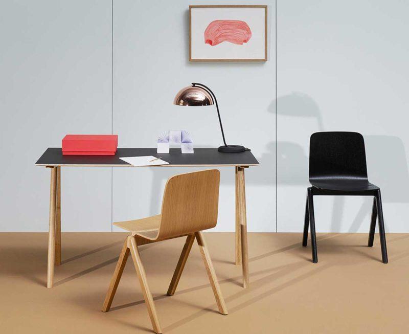 Bureau avec plateau noir et pieds en bois