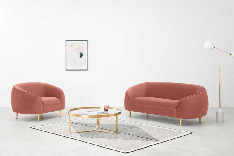 Canapé en velours rose avec pieds dorés