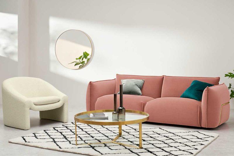 Canapé rose avec cadre en laiton