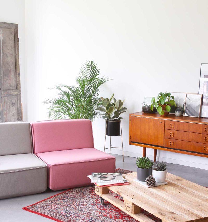 Salon avec canapé rose bonbon et gris