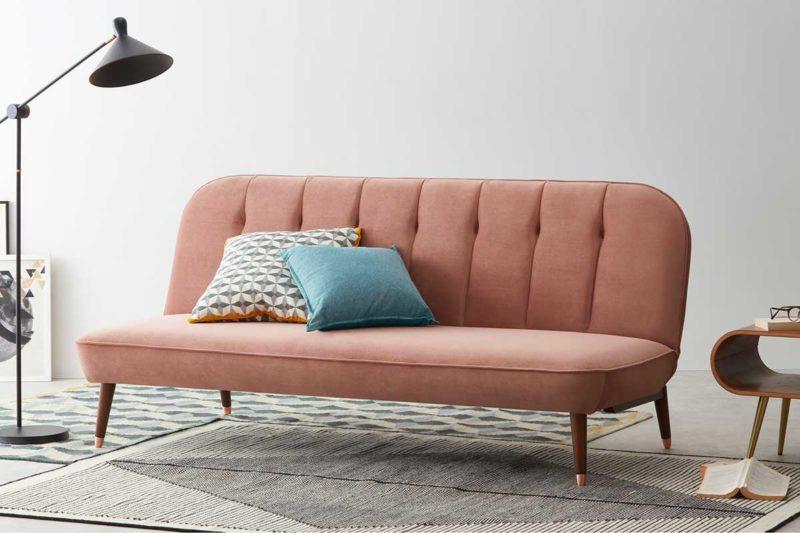 Canapé clic-clac rose avec pieds compas