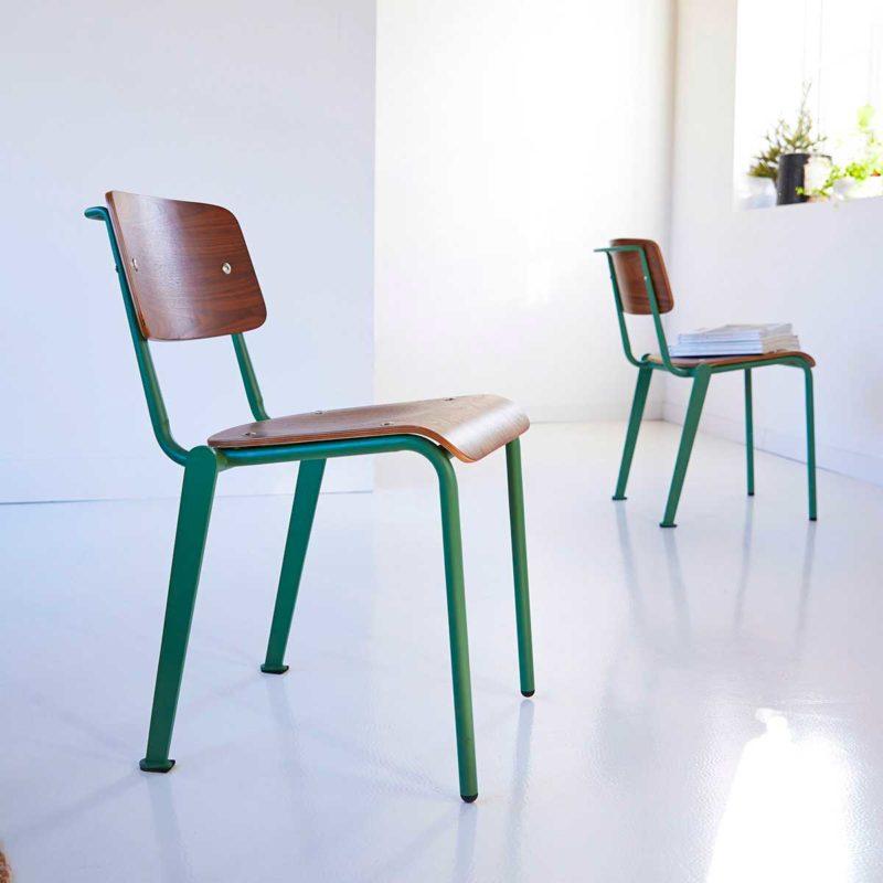 Chaise style écolier en métal vert et bois foncé