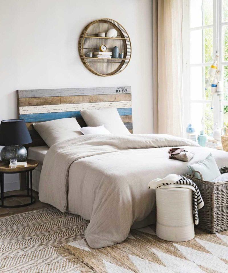 Chambre avec petite étagère ronde en bambou