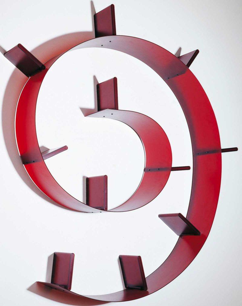 Bibliothèque murale rouge en spirale