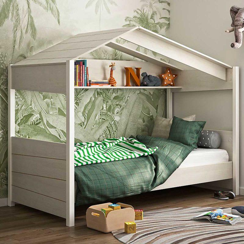 Lit cabane avec étagère et toit