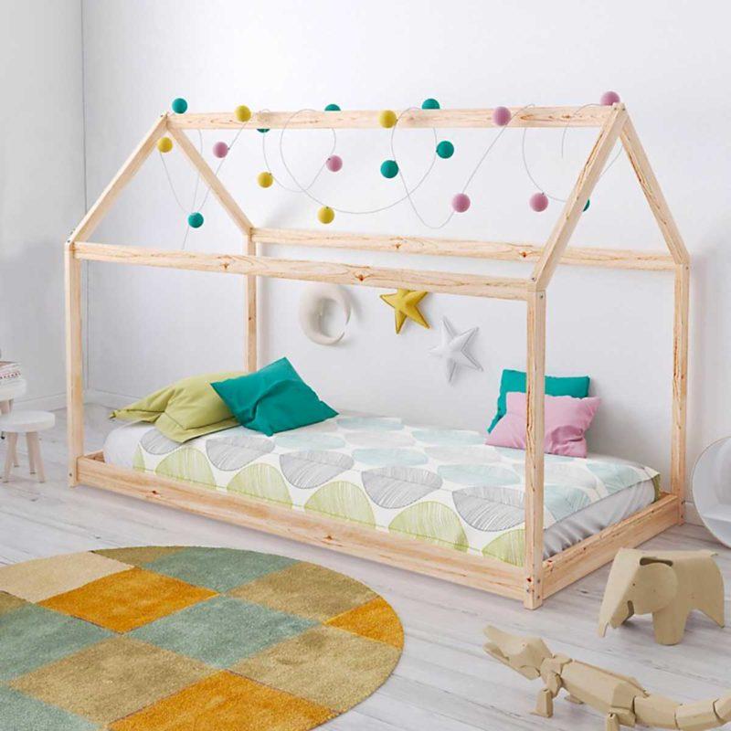 Lit cabane Montessori au sol en bois clair