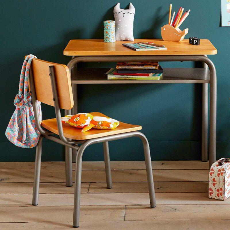 Petite chaise d'école maternelle avec bureau