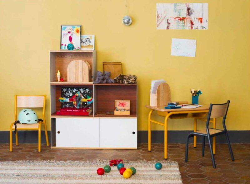 Petite chaise d'école et bureau pour enfant