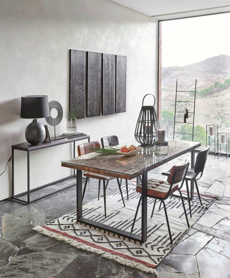 Salle à manger avec chaises en cuir