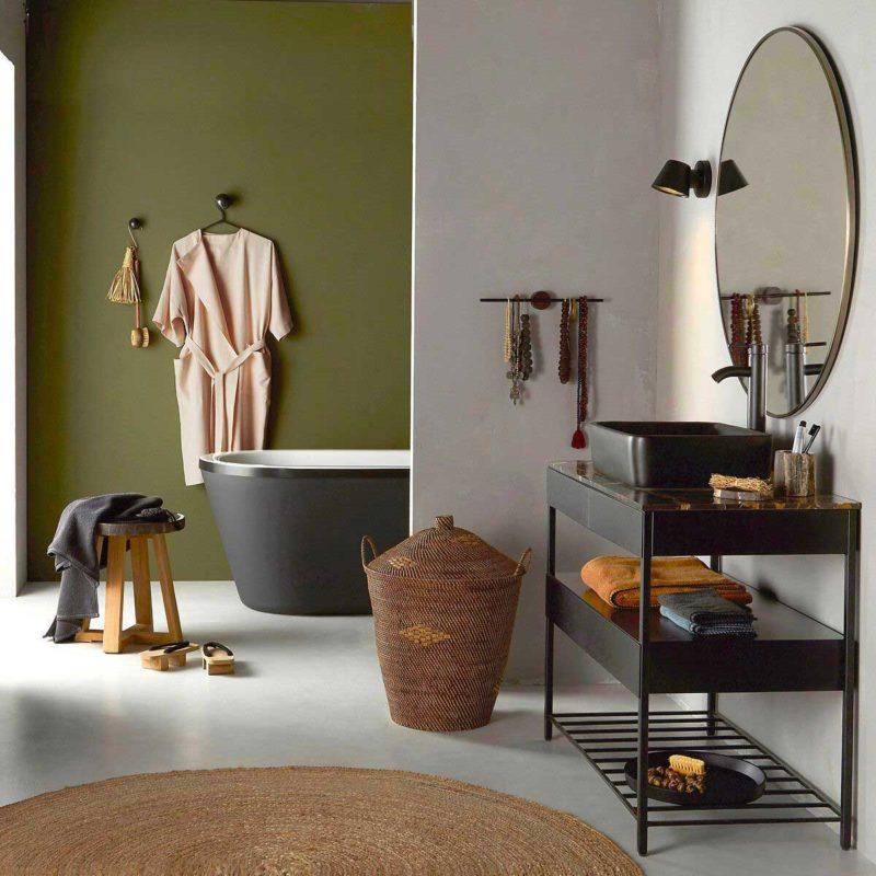 Salle de bains contemporaine avec meuble vasque noir