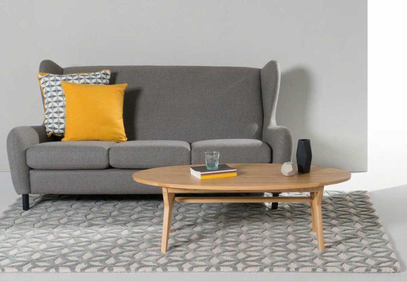 Salon avec table ovale en bois clair