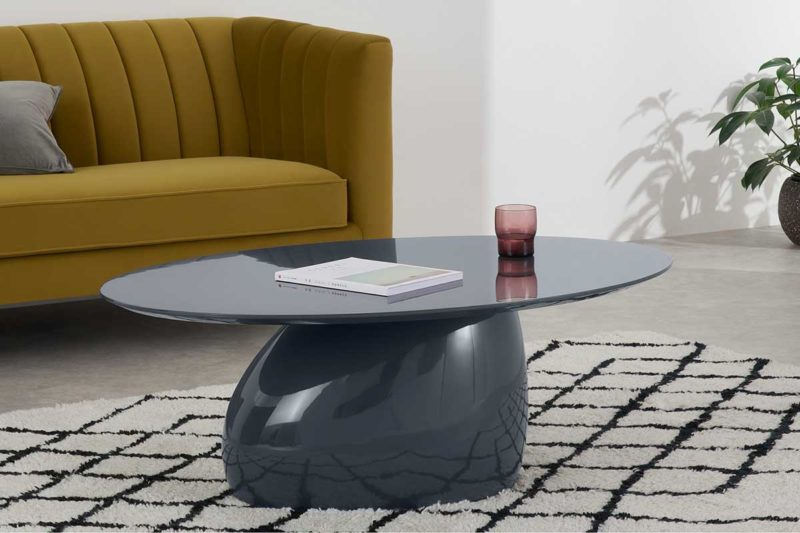 Table basse ovale grise au design atypique