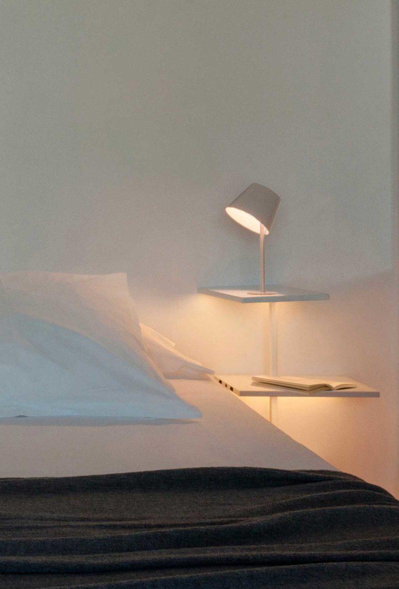 Table de chevet suspendue avec lampe intégrée