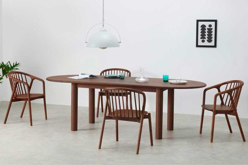 Table en bois foncé de forme ovale