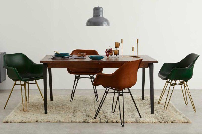 Table entourée de chaises en cuir dépareillées