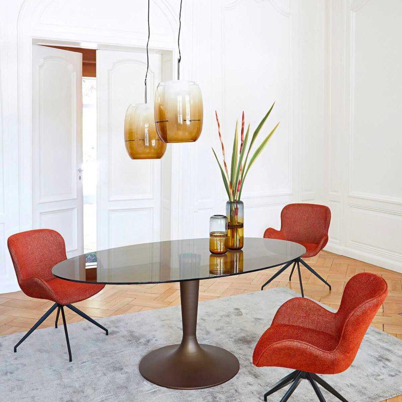 Table ovale avec pied tulipe et plateau en verre