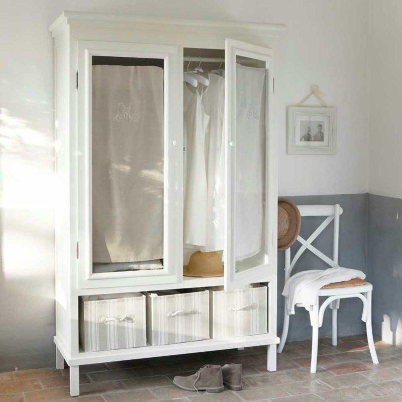 Chaise bistrot utilisée comme valet de chambre