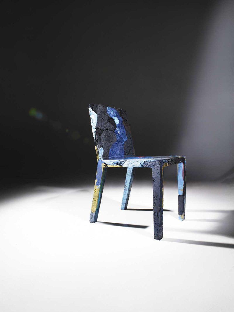 Original : une chaise bleue en jean recyclé