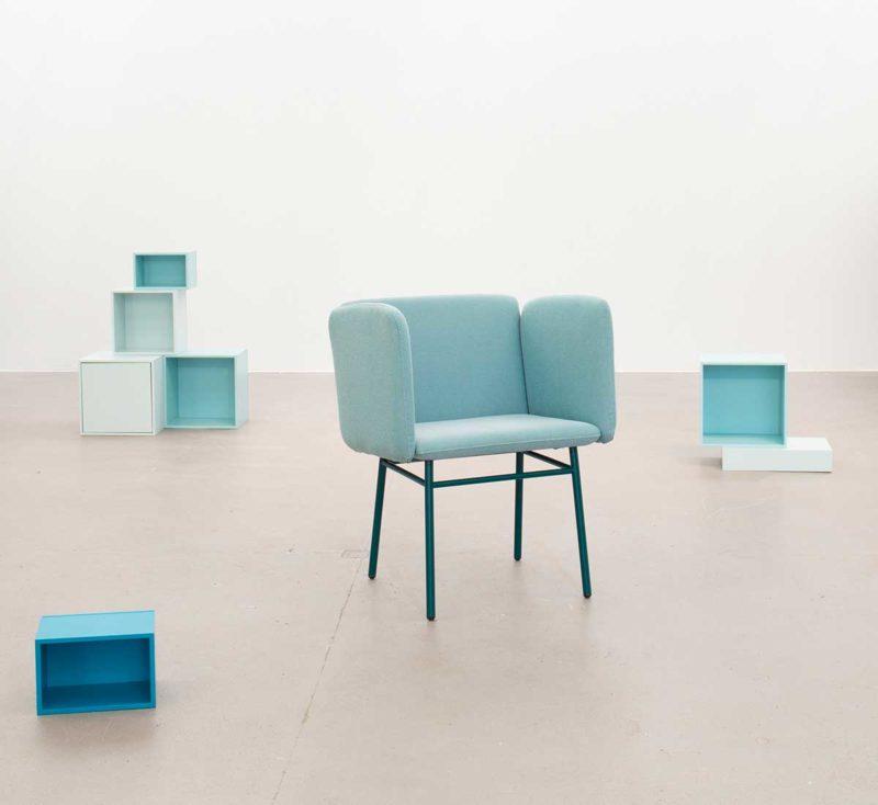 Chaise contemporaine en tissu bleu