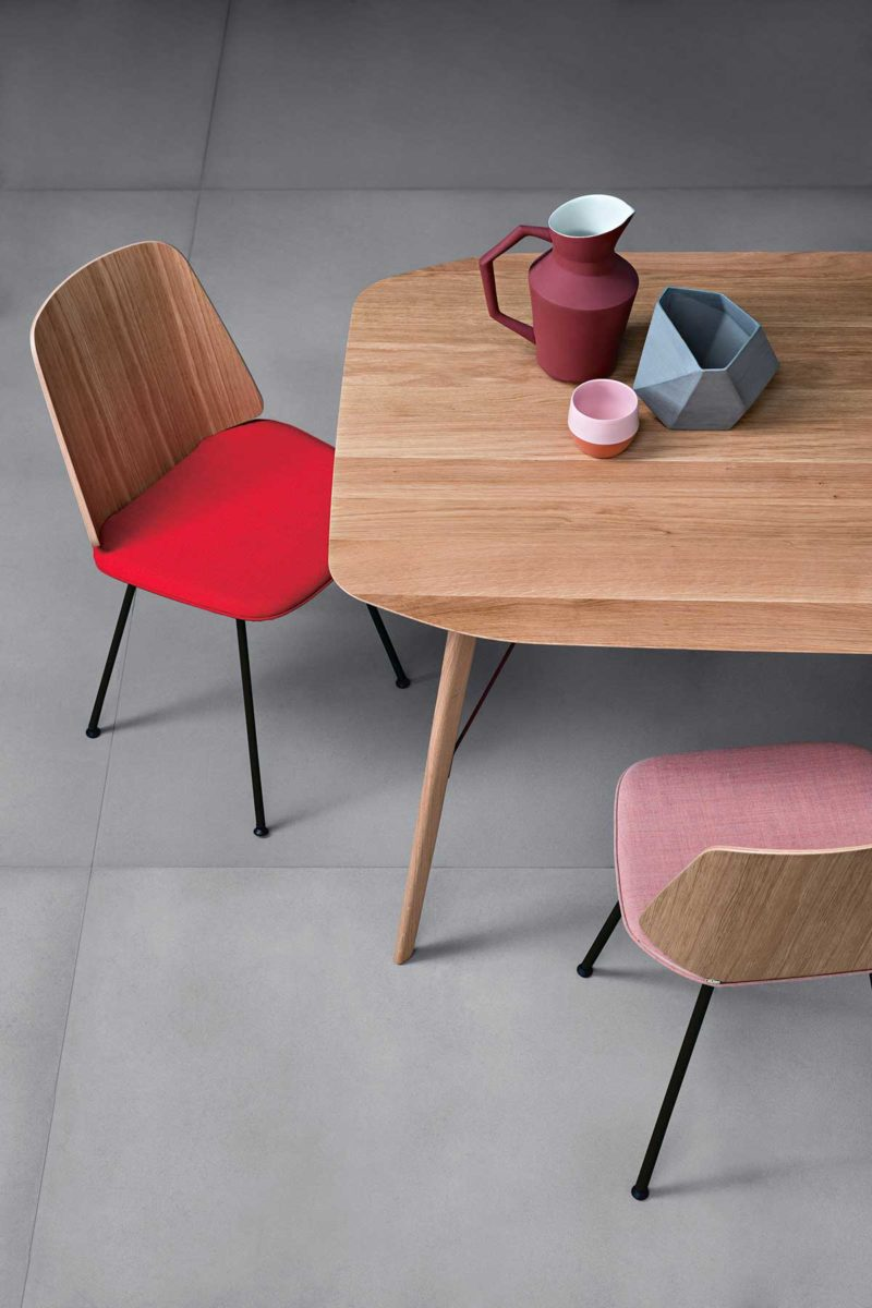 Chaise design en bois avec assise en tissu
