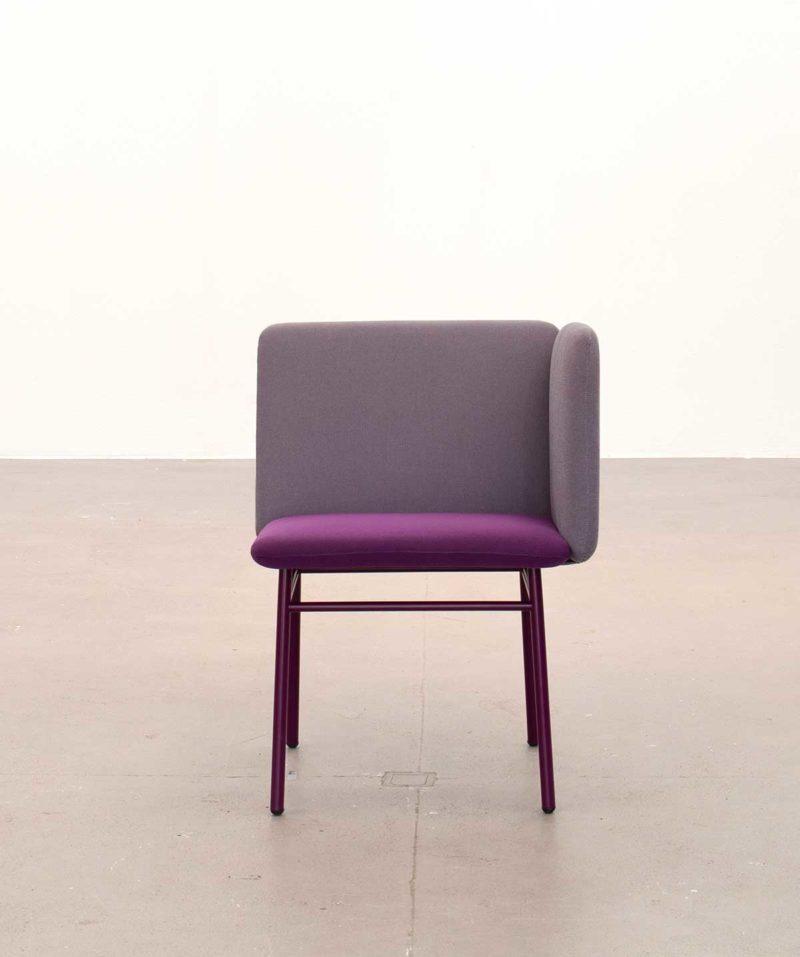 Chaise design en tissu violet