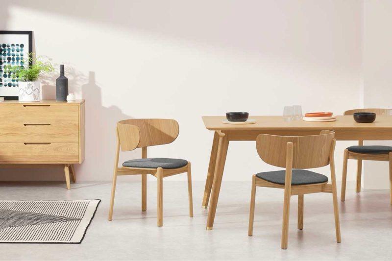 Chaise en bois avec assise en tissu