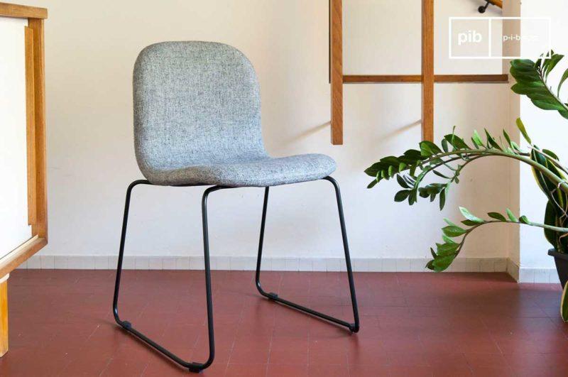 Chaise en tissu gris avec piétement en métal noir